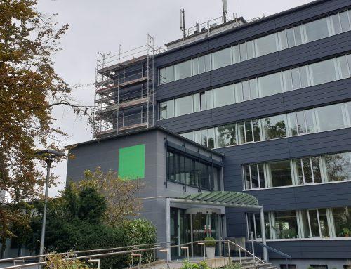 PFUSCH AM BAU: Fassadenbleche am Rathaus passen überhaupt nicht zusammen – Unternehmer pleite – Verantwortung ungeklärt: Muss jetzt der Steuerzahler zahlen???